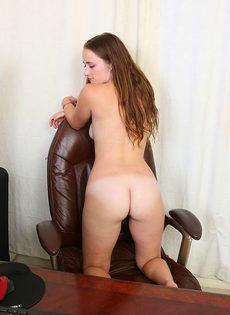 Молодая девица с длинными волосами обнажилась в кабинете - фото #7