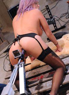 Горячая девушка-эмо в черных чулках наслаждается анальным сексом с помощью секс-машины - фото #6