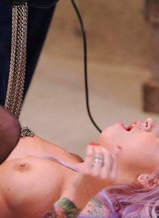 Горячая девушка-эмо в черных чулках наслаждается анальным сексом с помощью секс-машины - фото #10