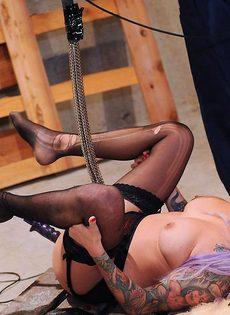 Горячая девушка-эмо в черных чулках наслаждается анальным сексом с помощью секс-машины - фото #11