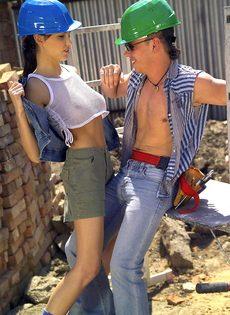 Очаровательная молодка нагнулась и трахнулась со строителем - фото #1