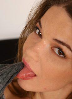Девушка мастурбирует и сквиртует - фото #4