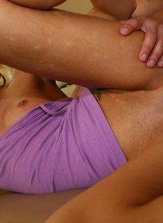 Латинская девушка с маленькой грудью получает член в писю - фото #2