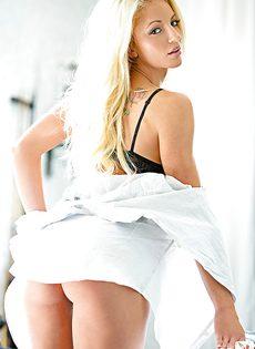 Страстная блондинка с шикарными сиськами лежит на бильярдном столе - фото #2