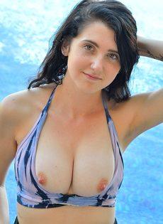 С трудом вставила большую секс игрушку в задний проход - фото #3