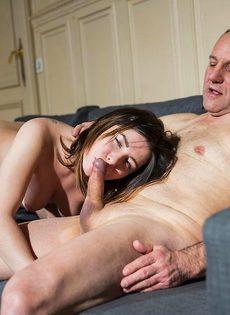 Молодая девушка соблазняет отчима на диване в гостиной - фото #4