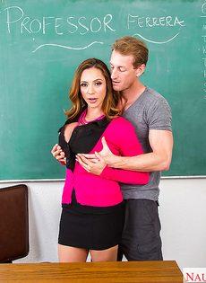 Горячий оральный секс грудастой преподавательницы и заочника - фото #1