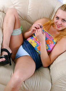 Большегрудая блондинка засунула чупа-чупс в волосатую пизду - фото #1