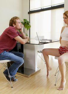 Девушка в очках разводит одногруппника на половое сношение - фото #3