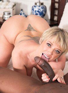Сексуальные развлечения зрелой потаскухи и мускулистого негра - фото #12