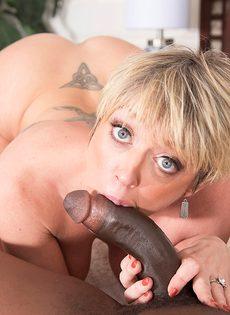Сексуальные развлечения зрелой потаскухи и мускулистого негра - фото #13