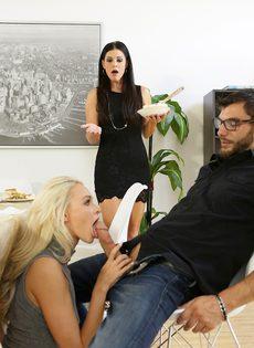 Бородатый парень трахается с молодой блондинкой и зрелой брюнеткой - фото #7