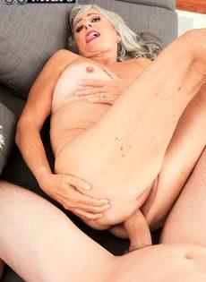 Откровенная старушка наслаждается большим членом бритоголового чувака - фото #11