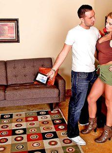 Домохозяйка Nikki Sexx насаживается влажной пиздой на стоячий член - фото #7