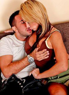 Домохозяйка Nikki Sexx насаживается влажной пиздой на стоячий член - фото #8