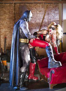 Красотка Kleio Valentien трахается с парнем в костюме Бэтмена - фото #8