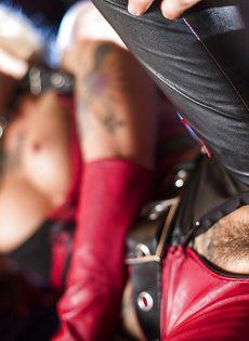 Красотка Kleio Valentien трахается с парнем в костюме Бэтмена - фото #12