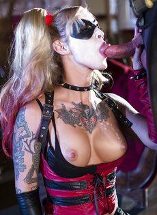 Красотка Kleio Valentien трахается с парнем в костюме Бэтмена - фото #13