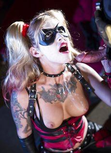 Красотка Kleio Valentien трахается с парнем в костюме Бэтмена - фото #14