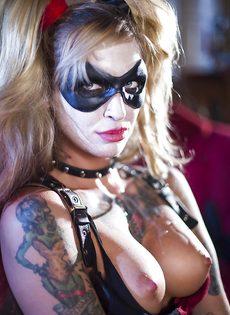 Красотка Kleio Valentien трахается с парнем в костюме Бэтмена - фото #16
