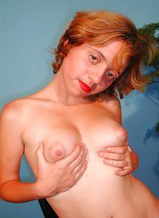 Похотливая девица раздевается и показывает интимные зоны - фото #15