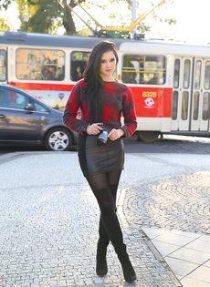 Сексапильная модель со стройной фигурой разгуливает по городу - фото #3