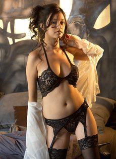 Сексуальная девушка в чулках умеет красиво позировать - фото #1