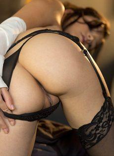 Сексуальная девушка в чулках умеет красиво позировать - фото #4