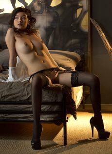 Сексуальная девушка в чулках умеет красиво позировать - фото #11