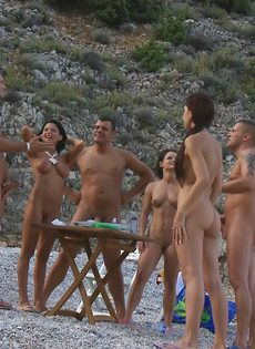 Групповой секс с жаркими красавицами на нудистском пляже - фото #1