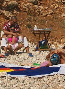 Групповой секс с жаркими красавицами на нудистском пляже - фото #4