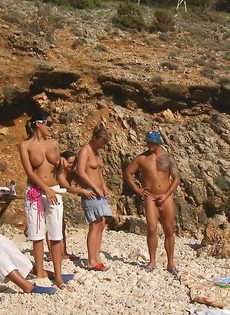 Групповой секс с жаркими красавицами на нудистском пляже - фото #8