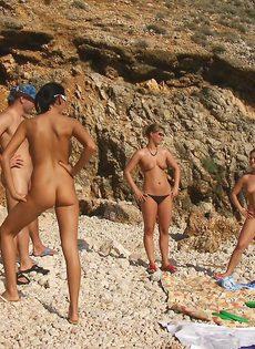 Групповой секс с жаркими красавицами на нудистском пляже - фото #11