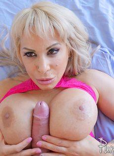 Восхитительная мамаша прижимает пенис к большим шикарным сиськам - фото #7