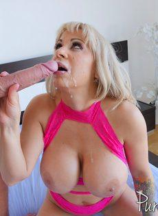 Восхитительная мамаша прижимает пенис к большим шикарным сиськам - фото #14