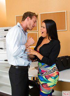 Оральный секс с латинской сучкой Diamond Kitty в офисе после работы - фото #1