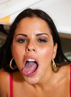 Оральный секс с латинской сучкой Diamond Kitty в офисе после работы - фото #11