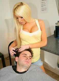 Длинноволосая блондинка с силиконовыми сиськами скачет на хуе - фото #5