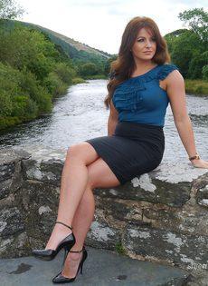 Ухоженная зрелая женщина в юбке и на высоких каблуках - фото #1