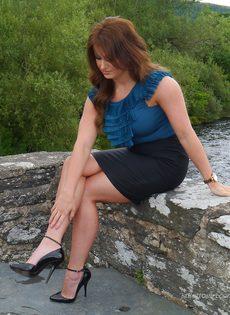 Ухоженная зрелая женщина в юбке и на высоких каблуках - фото #3