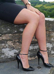 Ухоженная зрелая женщина в юбке и на высоких каблуках - фото #5