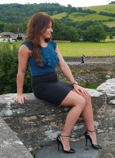 Ухоженная зрелая женщина в юбке и на высоких каблуках - фото #6