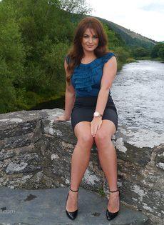 Ухоженная зрелая женщина в юбке и на высоких каблуках - фото #8