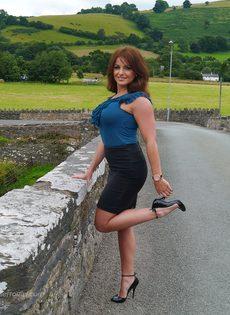 Ухоженная зрелая женщина в юбке и на высоких каблуках - фото #12