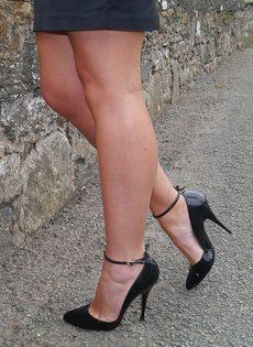 Ухоженная зрелая женщина в юбке и на высоких каблуках - фото #15