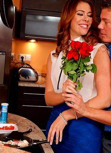 Горячо трахнулись на кухне перед романтическим ужином - фото #1