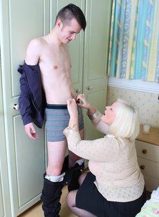 Худощавому чуваку хочется удовлетворить толстую старую блондинку - фото #9
