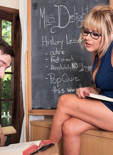 Пышная преподавательница схватилась за член молодого студента - фото #2