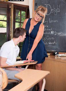 Пышная преподавательница схватилась за член молодого студента - фото #7