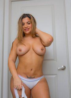 Соло сногсшибательной латиноамериканской сучки с аппетитными формами - фото #12